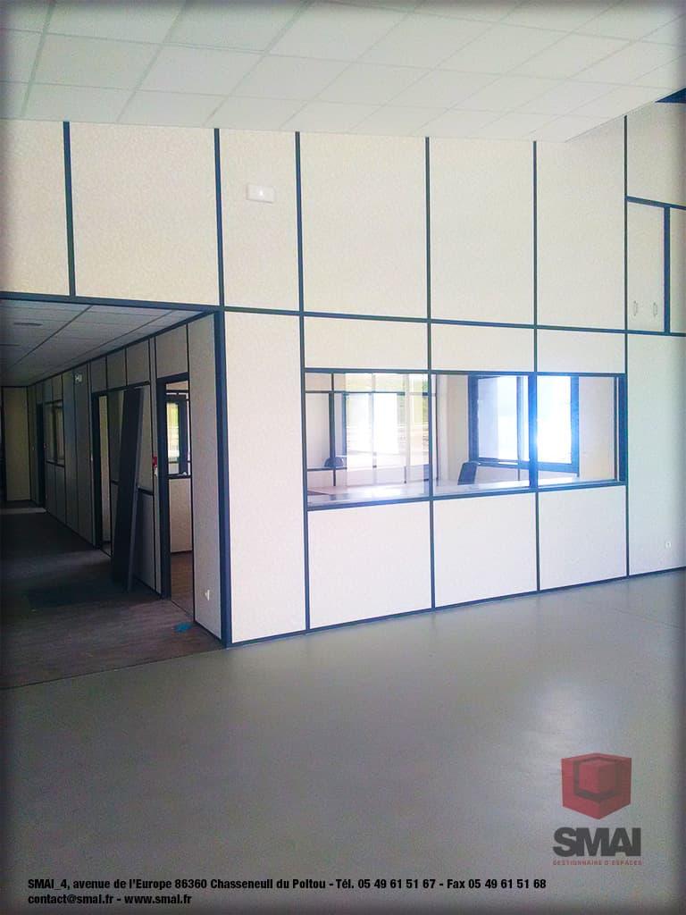 Cloisons modulaire + plafond suspendu sous-pente profilé RAL7016 et remplissage blanc dans batiment industriel - 6 - SMAI