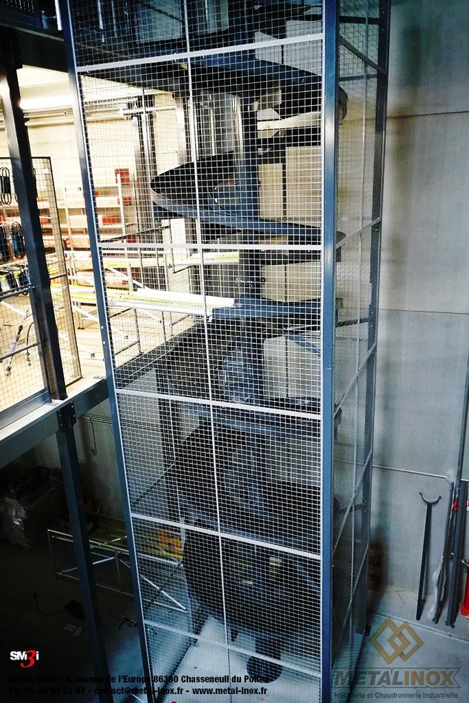 Toboggan industriel 3 niveaux avec table de reception convoyage grille de protection METALINOX
